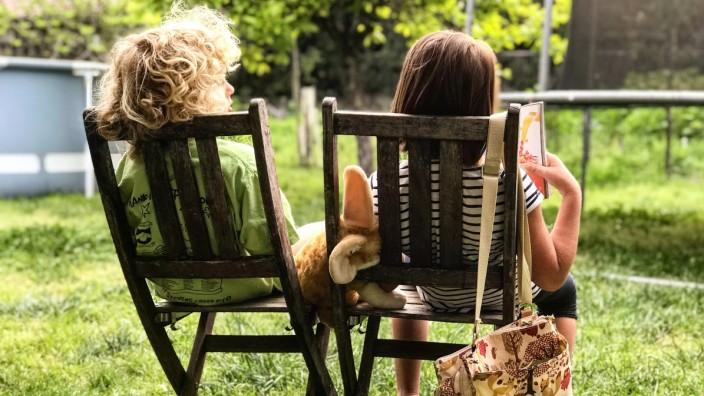 Garten geschwister kinder spielen sonne
