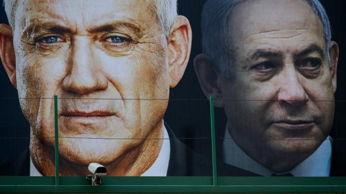 Israel: Wahlplakate von Benny Gantz vom Blau-Weißem-Bündnis und Benjamin Netanjahu von der Likud-Partei hängen Kopf an Kopf.