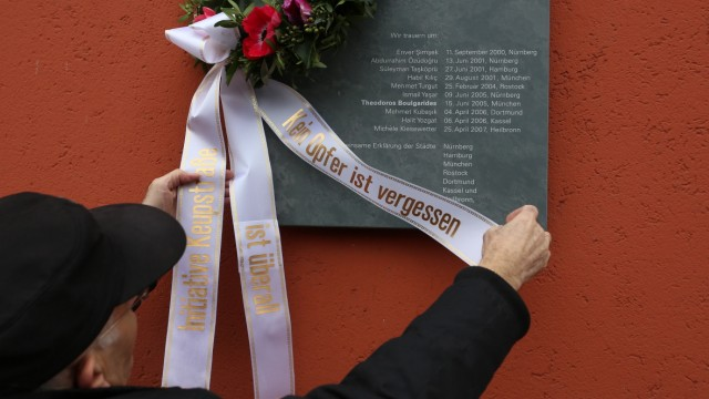 Trauer an Gedenktafel für NSU Opfer in München, 2015