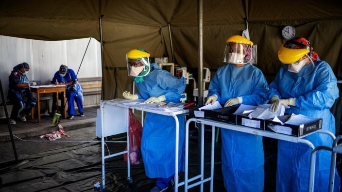 Corona-Krise: Gesundheitshelfer in der südafrikanischen Metropole Johannesburg: Besonders Schwellenländer in Afrika haben IWF-Kredite angefragt.