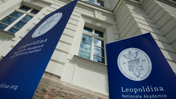 Das Logo und der Schriftzug der Nationalen Akademie der Wissenschaften Leopoldina hängen an einem Banner vor dem Gebäude in Halle.