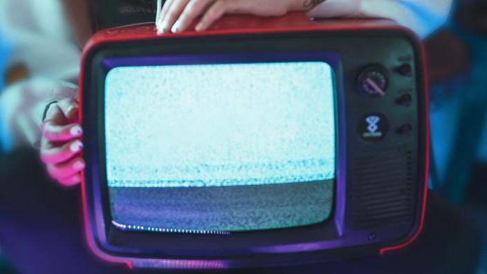 Fernsehnutzung in Zeiten von Corona: Die abgeschiedene Zeit während der Corona-Krise bringt uns dem allgegenwärtigen Fernsehprogramm wieder näher.