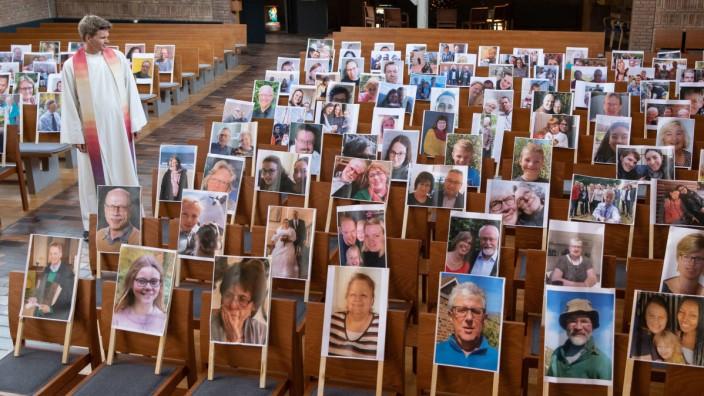 Coronavirus - Gottesdienst mit Fotos von Gläubigen