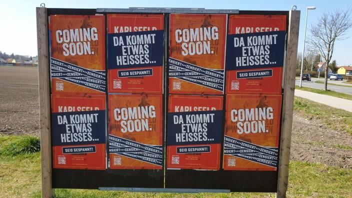 Feuerwehr Karlsfeld: Mehr als 100 dieser Plakate hat die Karlsfelder Feuerwehr gedruckt, um neue Mitglieder zu werben. Sobald die Menschen Anfang Mai wieder auf die Straße dürfen, wollen die Feuerwehrler weiter plakatieren.