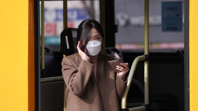 (200226) -- SEOUL, Feb. 26, 2020 -- A passenger gets off a bus in Seoul, South Korea, Feb. 26, 2020. South Korea confir