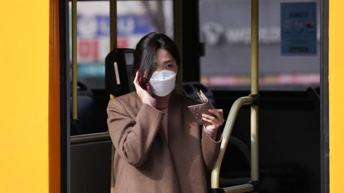 (200226) -- SEOUL, Feb. 26, 2020 -- A passenger gets off a bus in Seoul, South Korea, Feb. 26, 2020. South Korea confir