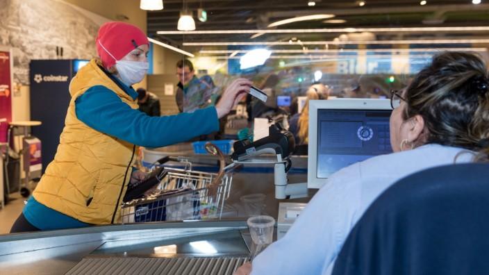 Wuerzburg, City, 21.03.2020, Coronavirus: Einkaufen in Zeiten Coronas Bild: Tag 1 der Ausgangsbeschränkung in Bayern. Z