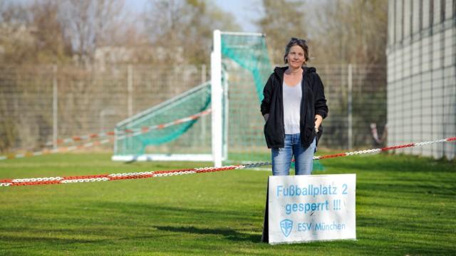 Alle Sportplätze sind derzeit gesperrt - so wie das Fußballfeld des ESV München.