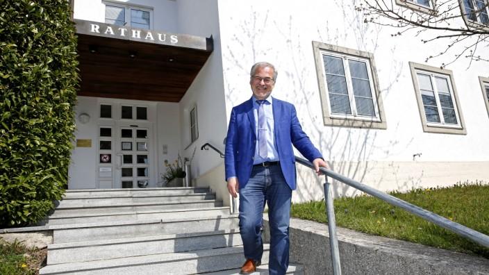 Schäftlarn: Drei Wahlperioden lang stand Matthias Ruhdorfer der 5800-Einwohner-Gemeinde Schäftlarn vor. Aus Altersgründen trat er nicht wieder zur Wahl an und hat nun bald mehr Zeit für seine Familie - und für Bücher.