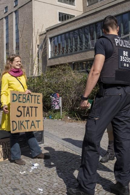 Nicht genehmigte Demonstration gegen Einschränkungen während der Corona-Krise Deutschland, Berlin, 11.04.2020, Poliziste