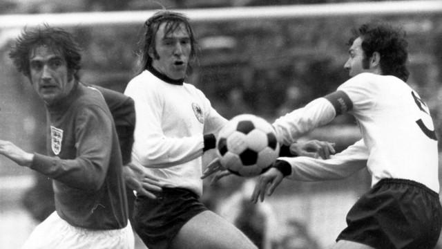 Norman Hunter England gegen Günter Netzer und Franz Beckenbauer beide BR Deutschland