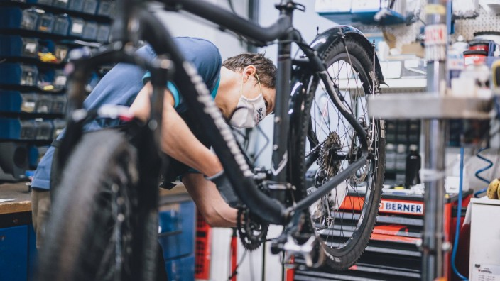 Kaprun THEMENBILD - Mitarbeiter eines Fahrradgeschaeftes repariert ein Fahrrad waehrend der Coronavirus Pandemie. Ab heu