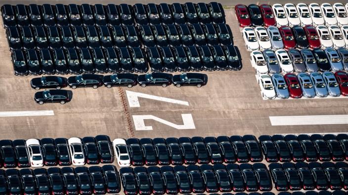 Daimler parkt tausende Autos auf altem Flugplatz