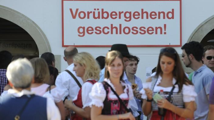 Oktoberfest: Besucher stehen vor einem Festzelt auf der Wiesn