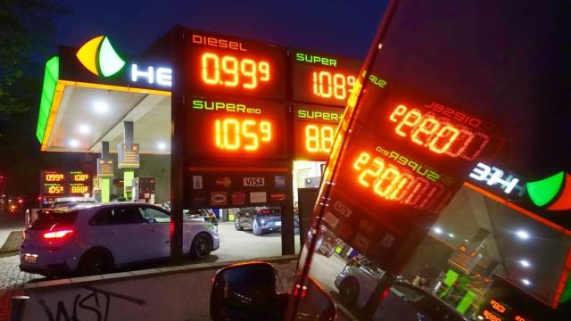16.04.2020, Berlin, GER - Der Preis fuer Diesel ist wegen der Coronakrise auf unter einen Euro gefallen. (99 Cent, Abend