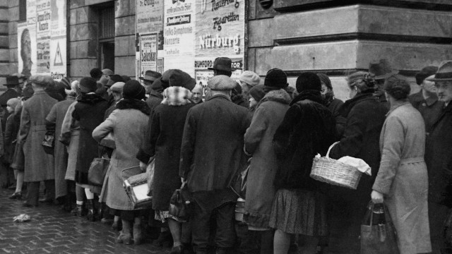 Queue in front of the free bank during inflation, 1923
