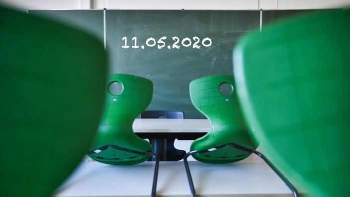 Wiederbeginn der Schule nach Corona-Lockdown, leeres Klassenzimmer, Deutschland Wiederbeginn der Schule nach Corona-Loc