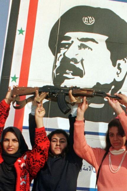Irakische Frauen mit Kalaschnikow vor Saddam Hussein Plakat, 1998