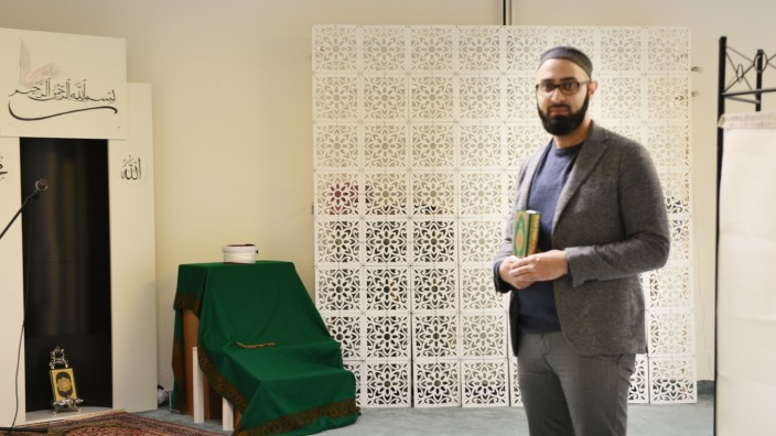 Iman Popal im leeren Gebetsraum seinerCivitas-Gemeinde in Sendling, Ramadan