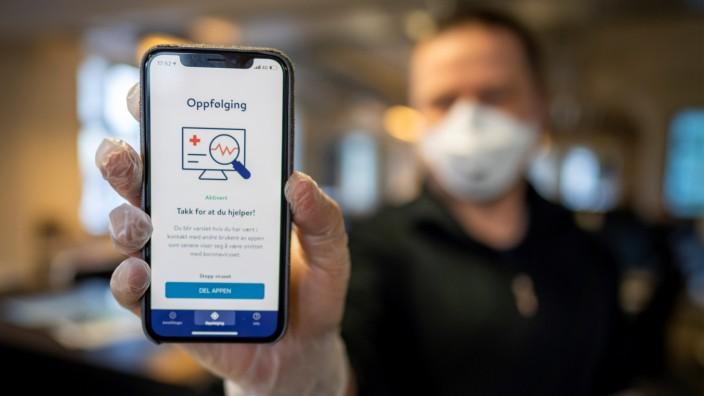 Corona-App: Mann zeigt eine Tracing-App in Norwegen