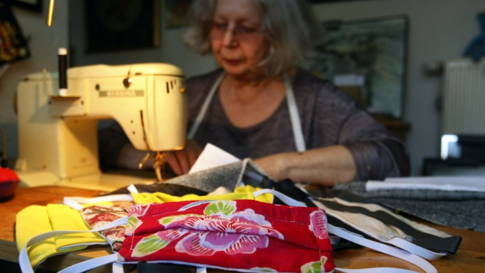 Textielkünstlerin näht Masken