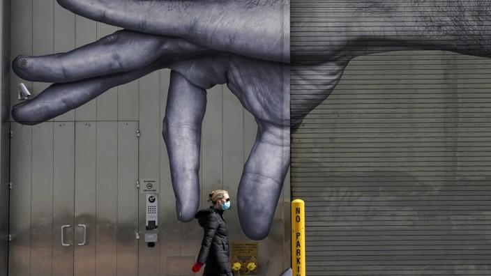 Eine Spaziergängerin während der Corona-Pandemie in New York