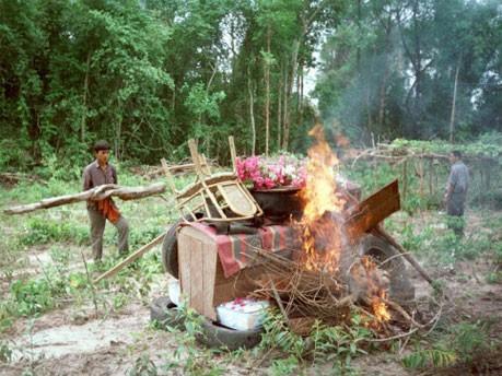 Einäscherung Pol Pots 1998, dpa