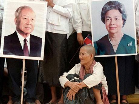 Sihanouk und Königin Norodom Monineath auf Plakaten 1999, Reuters
