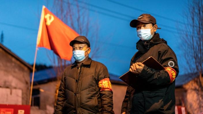 China: Beamte in Suifenhe an der russischen Grenze. Die Stadt verhängte einen Lockdown, nachdem 2000 Chinesen aus dem Nachbarland eingereist waren.