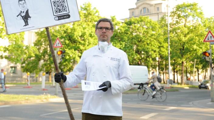 Im April protestierte Manuel Reheis, Koch und Inhaber des Restaurant Broeding, vor der Staatskanzlei. Nun klagt er gegen die neueste Allgemeinverfügung für die Gastronomie.