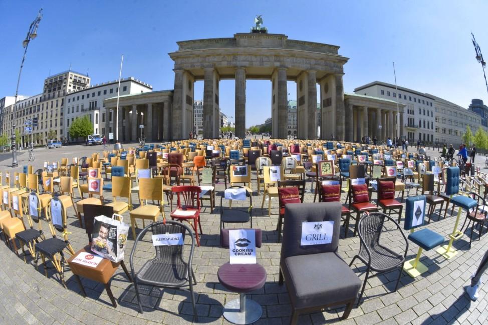 Gastronomie macht am Brandenburger Tor mit leeren Stuehlen auf ihr Problem aufmerksam. *** Gastronomy draws attention to