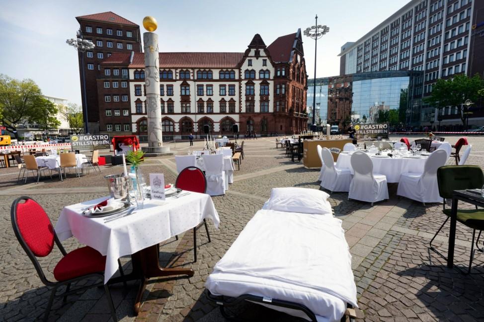 Dortmund, 24.04.2020: Leere Tische, Stühle und Betten auf dem Friedensplatz in Dortmund. Nach einem Aufruf des Dehoga (