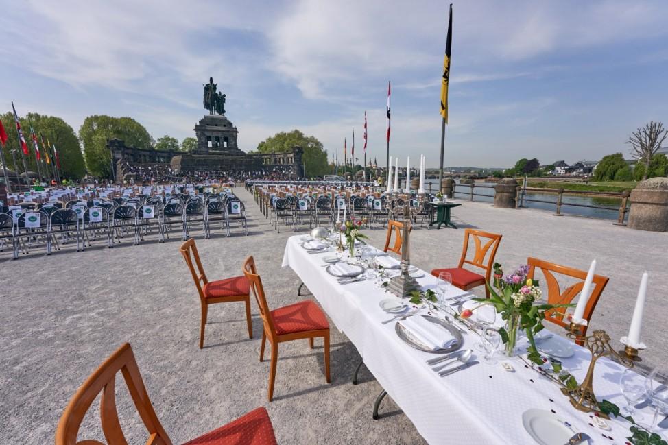 Mit der Aktion Leere Stühle protestieren rheinland-pfälzische Gastronomen vor dem deutschen Eck in Koblenz für eine rasc