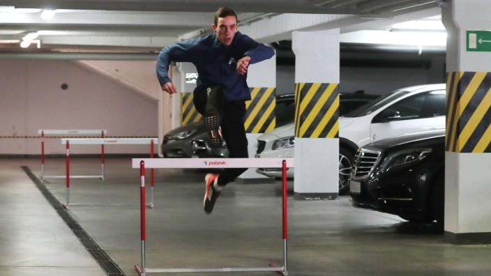 Leichtathletik, Patryk Dobek Training in Tiefgarage Polish athlete Partyk Dobek trains in his garage during the oronavir; Hürden