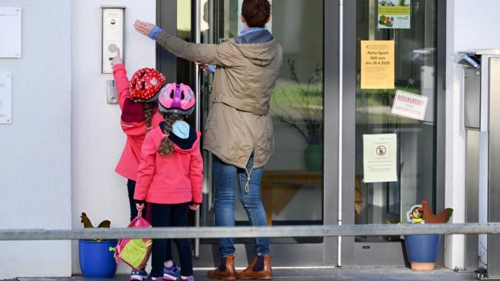 Klingeln für den Einlass: Nur Kinder mit Eltern aus systemrelevanten Berufen dürfen in bayerische Kindertagesstätten.