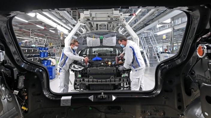 VW restarts production after lockdown