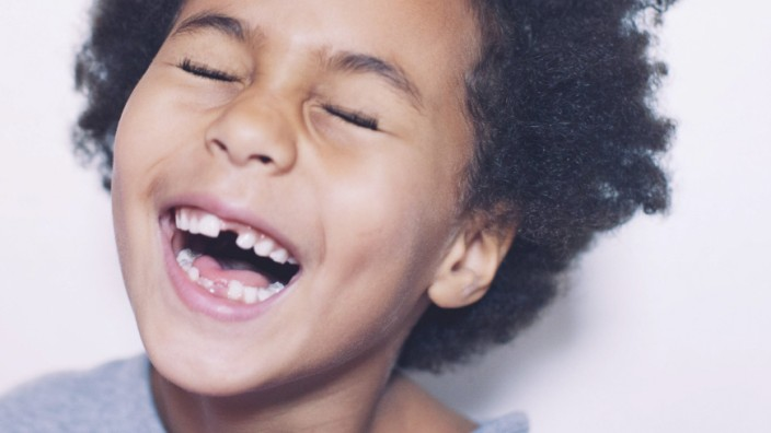 Mädchen lacht über Kindersprüche Kindermund Kinderspruch Kind Kinder Familie lustige Sprüche Tochter Sohn