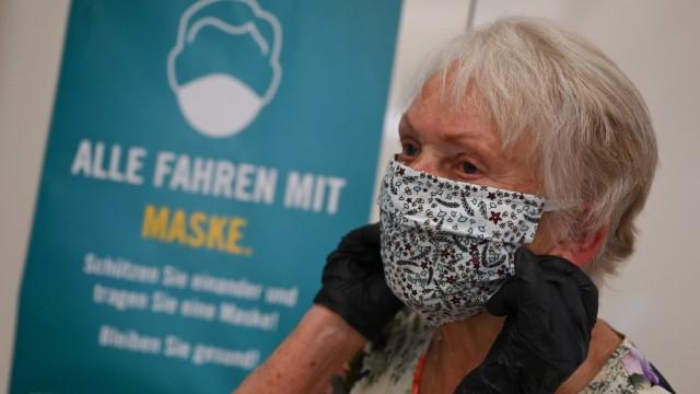 Coronavirus: Frau mit Mundschutz in Frankfurt am Main