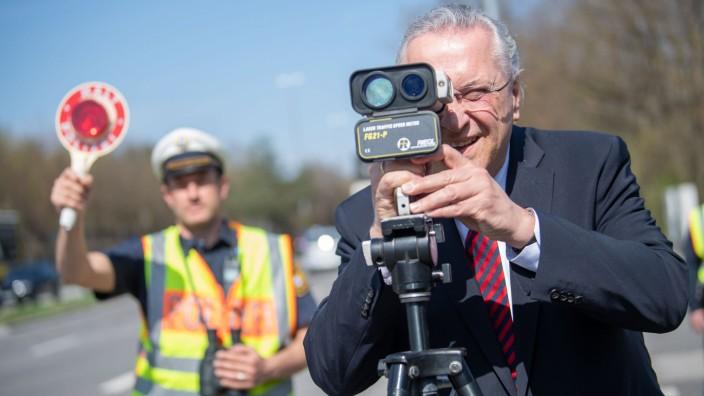 Bayerns Innenminister Joachim Herrmann - auf diesem Bild bei einem Blitzmarathon 2019 - will die Unfallgefahr durch Raser im Freistaat verringern.