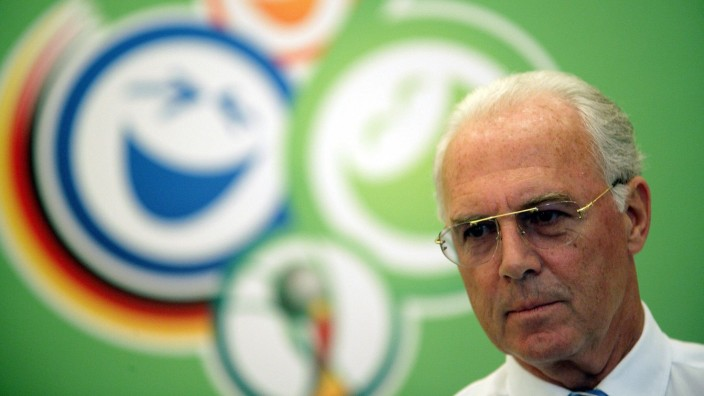 OK Präsident Franz Beckenbauer (Deutschland) vor dem WM Logo - PUBLICATIONxINxGERxAUTxJPNxHUNxONLY; Beckenbauer