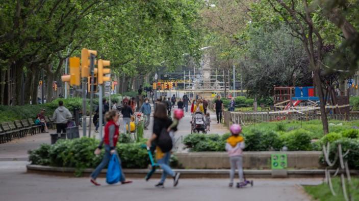 Coronavirus in Spanien: Familien gehen nach den Lockerungen spazieren