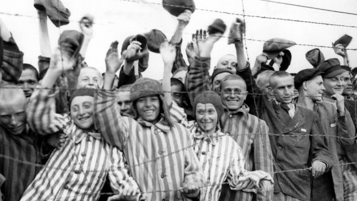 Am Tag der Befreiung des Konzentrationslagers Dachau jubeln Häftlinge ihren Rettern, den US-amerikanischen Soldaten, zu.