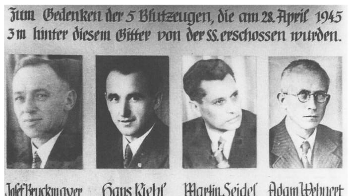 75 Jahre Kriegsende in Bayern: Gedenktafel zur Erinnerung an die Opfer der Altöttinger Bürgermorde vom 28. April 1945. Die Gedenkstätte, die direkt über dem Ort der Hinrichtungen errichtet wurde, ist heute in die Stiftskirche integriert.