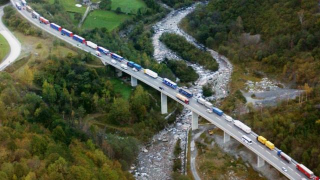 Lastwagen auf dem Weg zum Sankt-Gotthard-Tunnel in der Schweiz