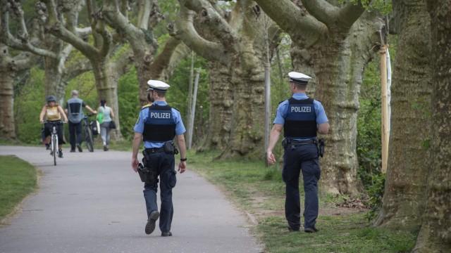 Eine Polizeistreife kontrolliert am Donnerstag (09.04.2020) am Staden in Saarbrücken ob die Verhaltensregeln im Rahmen