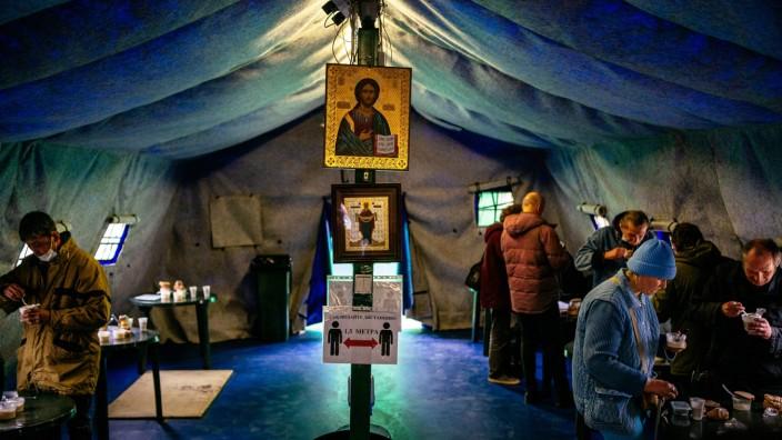 Russland: Obdachlose in Moskau werden während der Corona-Krise in einem Zelt mit Essen und Getränken versorgt.