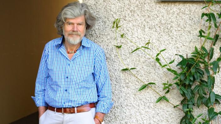 Leben in der Corona-Krise: Sitzt zurzeit in München fest - Reinhold Messner in einem Hinterhof im Glockenbachviertel.