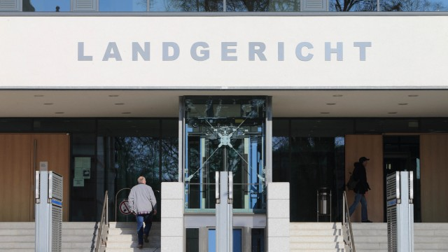 Das Landgericht in Magdeburg. Mehr als acht Jahre nach dem gewaltsamen Tod eines Informatikers aus München an der A9 hat das Landgericht Magdeburg drei Männer wegen versuchten Mordes verurteilt.