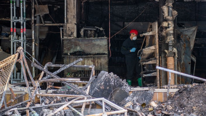 Waldkraiburg: Ein Brandermittler der Polizei arbeitet drei Tage nach dem Brand eines türkischen Geschäfts in der Ruine.