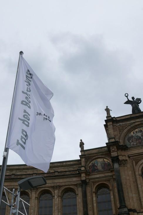 Weiße Fahnen zum Tag der Befreiung